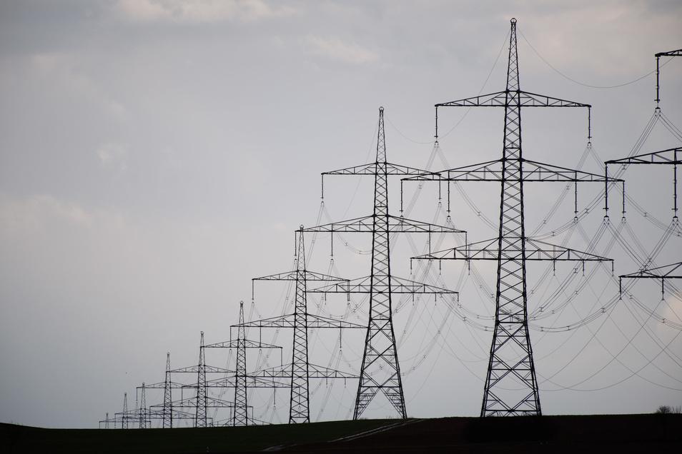 Mit Blick auf den Windkraft-Ausbau in Norddeutschland hat sich die Bundesnetzagentur für eine weitere Stromautobahn in Deutschland ausgesprochen.