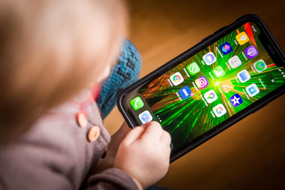 Schöne, bunte Handywelt - viele Kinder entdecken mit dem ersten Handy, was alles geht. Eltern verlieren da schnell mal den Überblick.