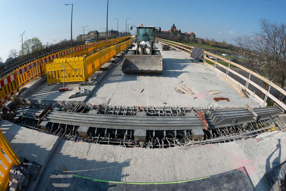 Eingebaut sind diese und vier weitere Fahrbahnübergänge auf der Carolabrücke. So kann am Karfreitag wieder der benachbarte Geh- und Radweg freigegeben werden.