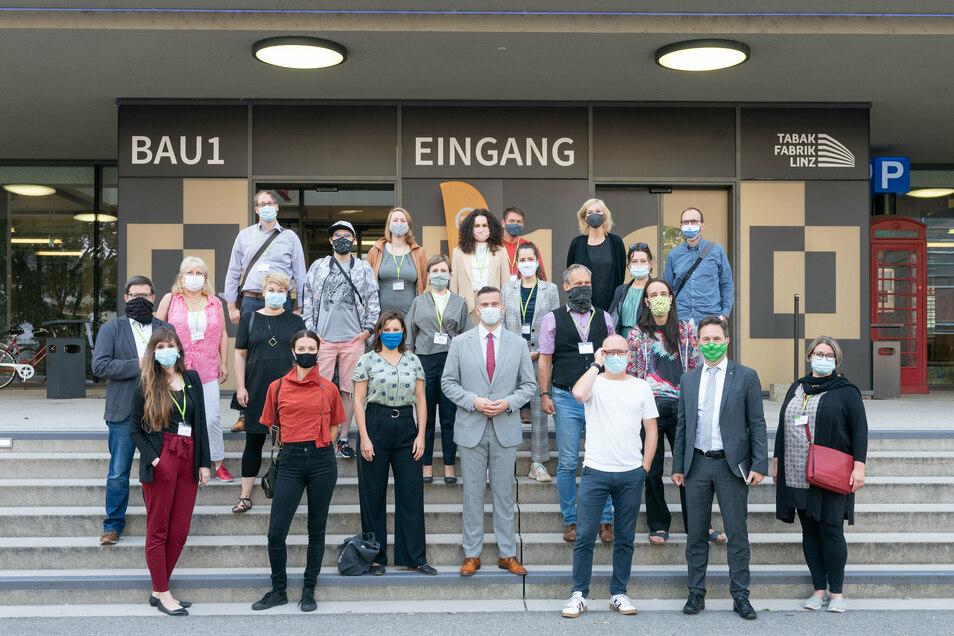 Martin Dulig (M) mit seiner Delegation vor der Inovationsschmiede Tabakfabrik in Linz.