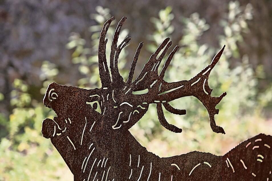 So sieht es aus, wenn ein Hirsch röhrt. Direkt vor der Anlage im Moritzburger Wildgehege steht diese Metallplastik. Mit etwas Glück können die Besucher das auch in echt erleben.