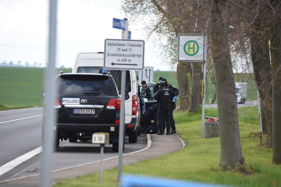 Es waren zahlreiche Polizei- und zivile Fahrzeuge vor Ort.
