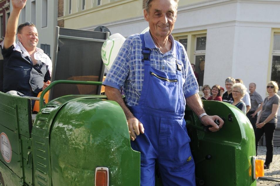 Manfred Habisch auf der Dieselameise. Dies war früher ein Transportfahrzeug.