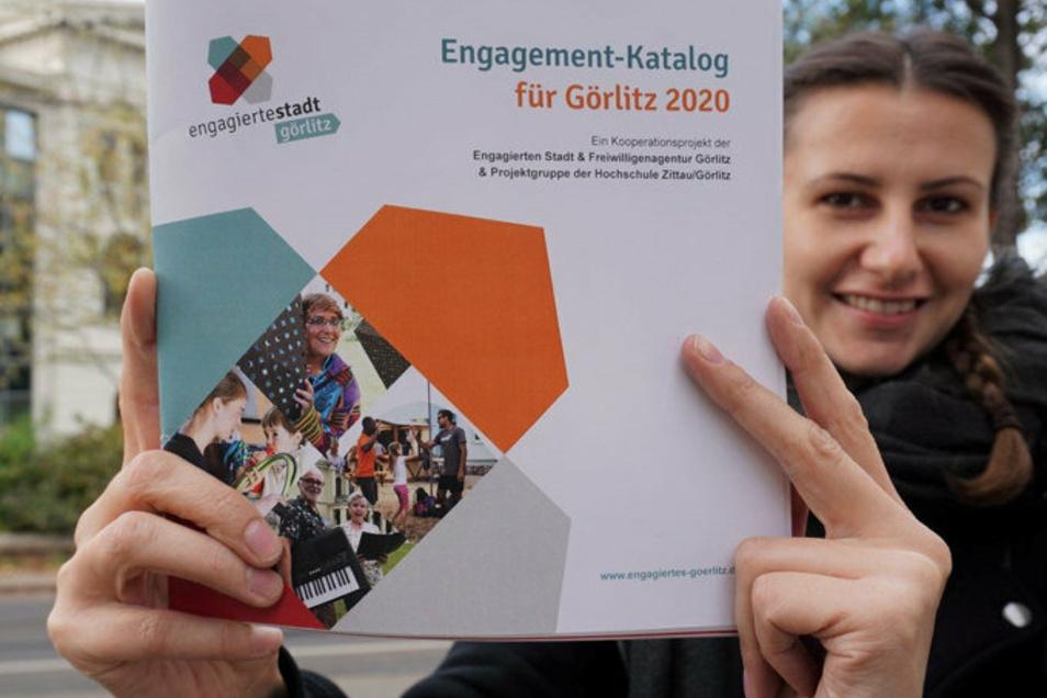 Julia Uick, Mitarbeiterin des Görlitz für Familie e. V., mit dem neuen Engagement-Katalog.