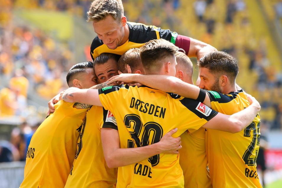 Beim Heimsieg gegen Ingolstadt springt Tim Knipping auf Dynamos Jubeltraube.