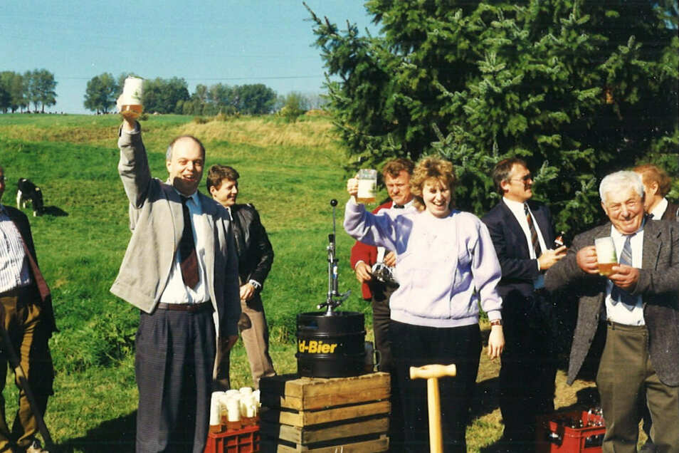 Ein Prost auf die Einheit. Die Bürgermeisterin von Eckartsberg, Birgit Pfennig, stößt 1990 zum Tag der Einheit mit dem damaligen Dischinger Bürgermeister Bernd Hitzler an.