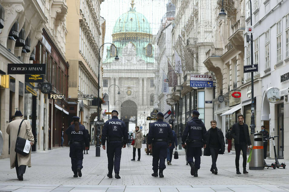 Polizeibeamte patrouillieren nach dem Terroranschlag am 2. November 2020 durch die Wiener Innenstadt.