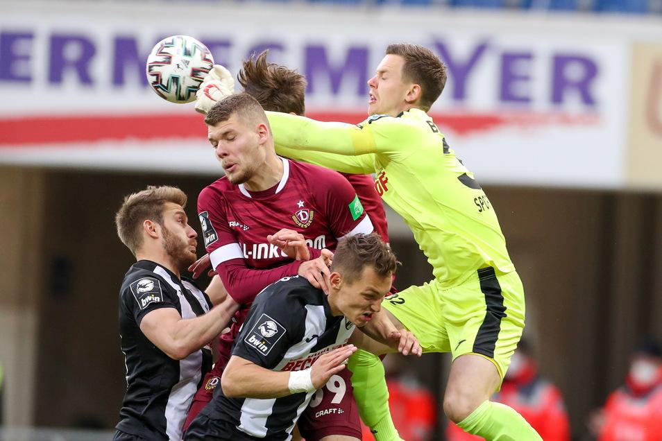 Auch nach Standards kommt Dynamo nicht gefährlich zum Abschluss. Hier ist Verls Torwart Robin Brüseke vor Kevin Ehlers und Tim Knipping (verdeckt) am Ball.