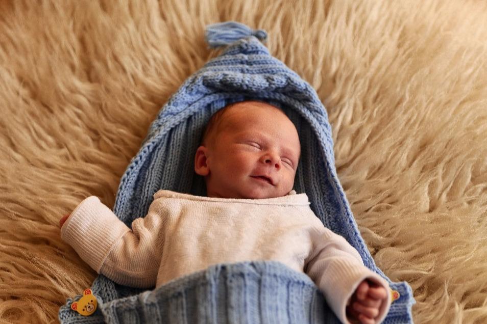 Tim, geboren am 2. April, Geburtsort: Meißen, Größe: 44 Zentimeter, Gewicht: 2.424 Gramm, Eltern: Rene Nerlich und Stefanie Wahsner, Wohnort: Zabeltitz