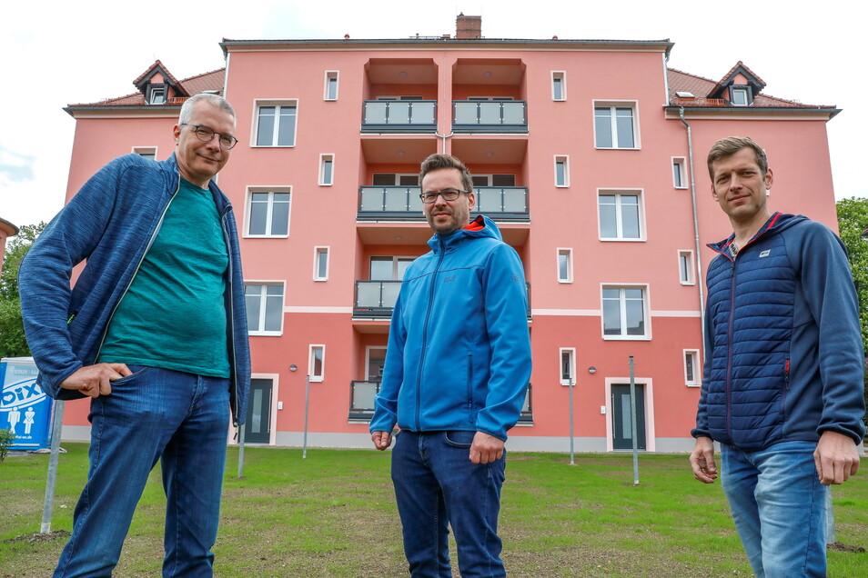 Bernd Stieler, Michael Martin und Martin Hoffmann (v.l.n.r.) vor dem fertig sanierten Mehrfamilienhaus Südstraße 64/66.