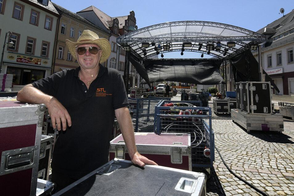 Matthias Wander hat für den Aufbau der Bühne auf dem Waldheimer Obermarkt den Hut auf.