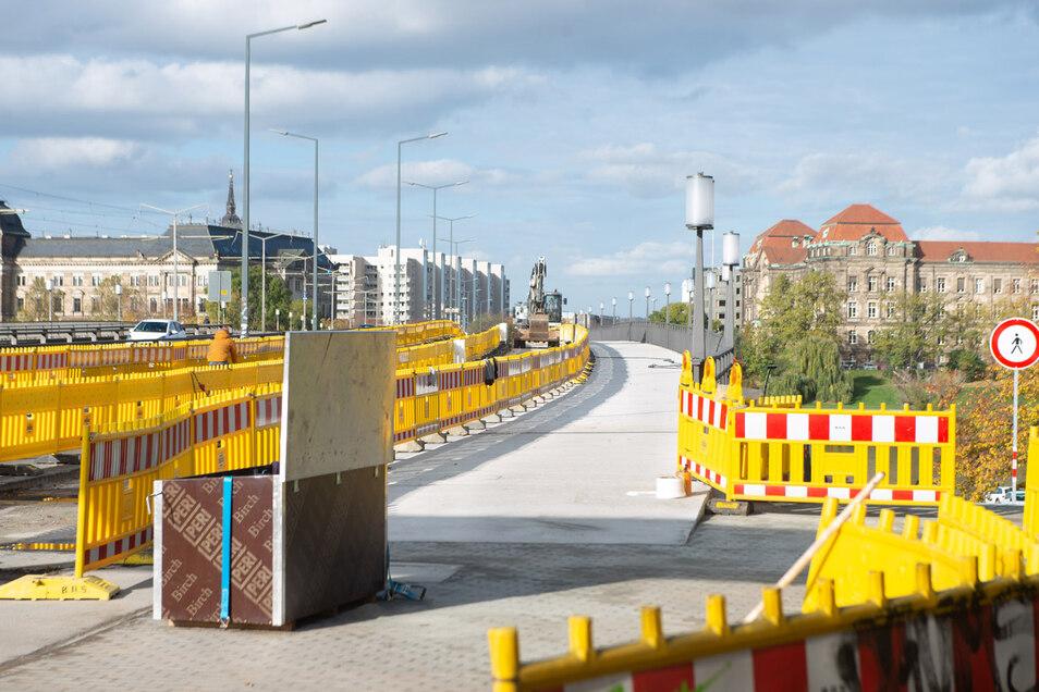 Der neue Fußweg an der Carolabrücke ist fertiggestellt. Jetzt kann er freigegeben werden.