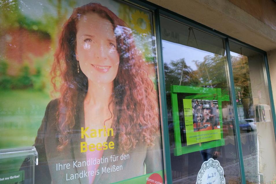 """Der Kreisverband von Bündnis 90/Grünen verfolgt die Auszählung im """"Café Grünlich"""" in Radebeul."""
