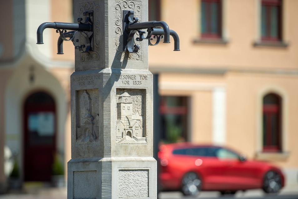 Mit wunderschönen Details versehen: Der Vier-Tore-Brunnen erinnert an die einstigen historischen Tore der Stadt.