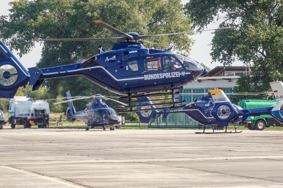 Hubschrauber der Polizei und der Bundespolizei auf dem Flugplatz in Bautzen. Danach überflogen sie auch den Luftraum über Dresden