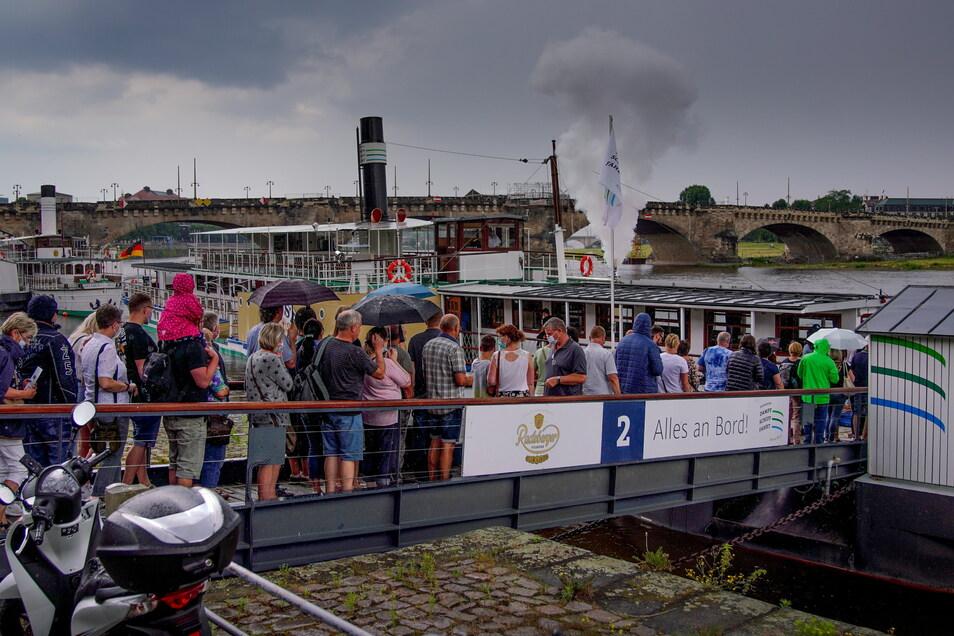 Andrang am Schaufelraddampfer der Weißen Flotte. Endlich wieder über die Elbe zu schippern - das haben nicht nur Besucher aus der Ferne vermisst, sondern auch die Dresdner selbst.