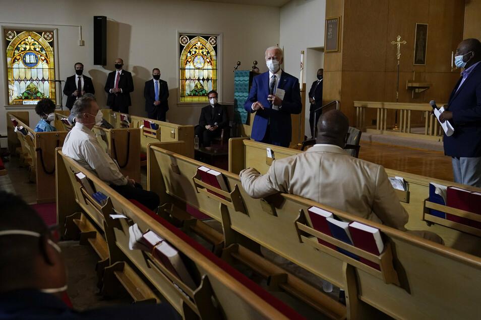 Joe Biden spricht mit Mitgliedern der Gemeinde in der Grace Lutheran Church in Kenosha. In der Stadt war am 23. August der Afroamerikaner Blake von einem Polizisten angeschossen worden.