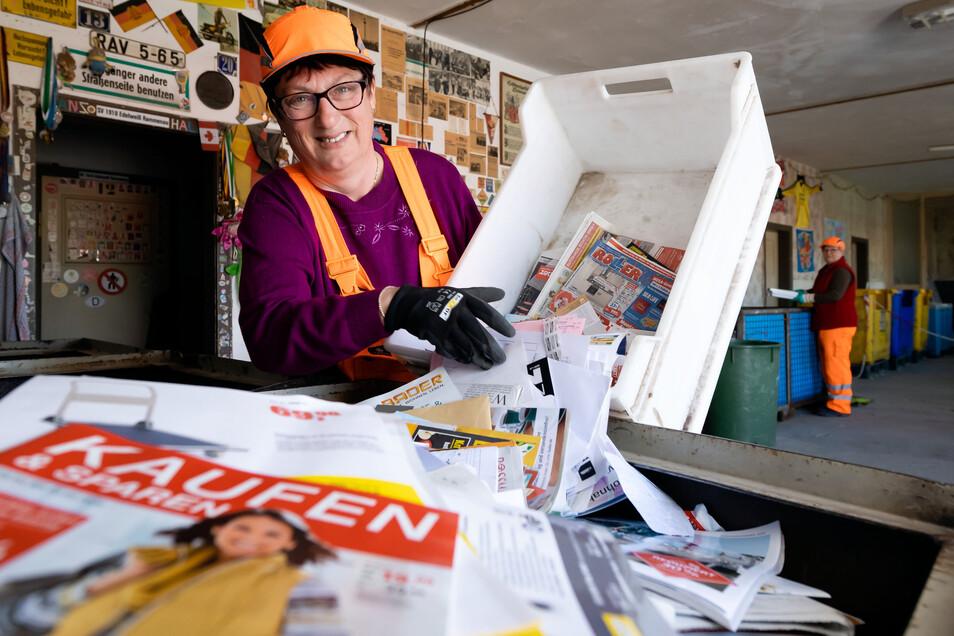 Jede Menge Altpapier: Dagmar Biehle vom Wertstoffhof an der Zeppelinstraße in Bautzen sortiert Zeitungen aus einer Kiste in den Wertstoffcontainer.