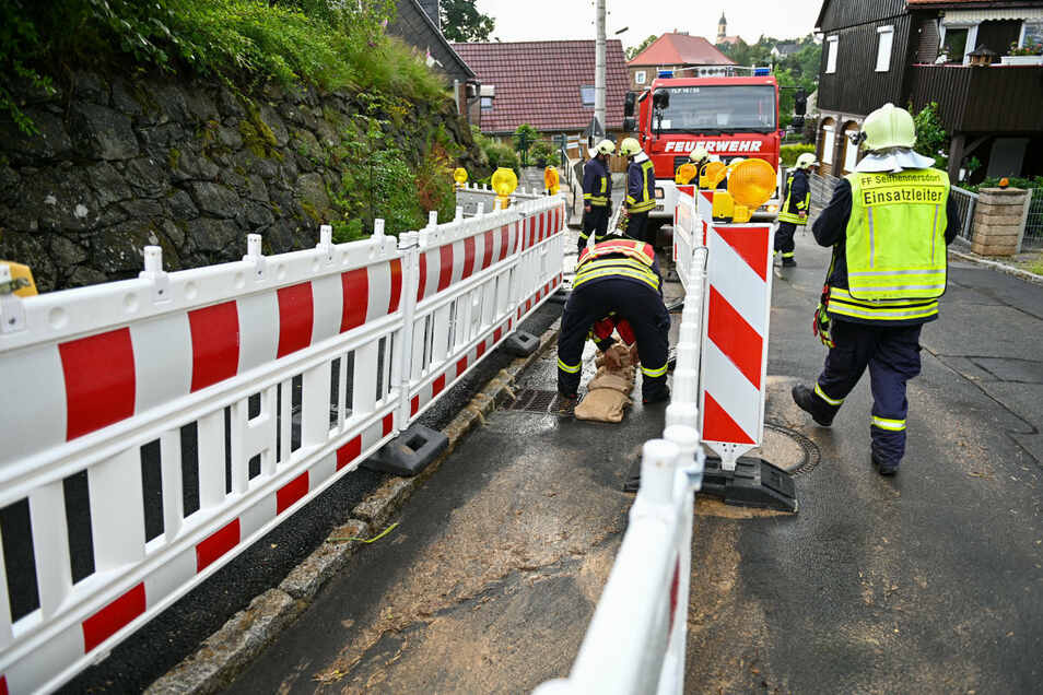 In Seifhennersdorf sicherte die Feuerwehr in der Warnsdorfer Straße einen unterspülten Gehweg.