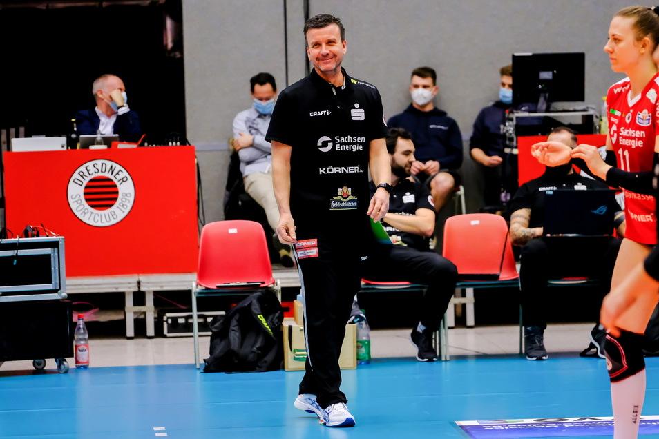 So sieht ein offenbar zufriedener Trainer aus: DSC-Chefcoach Alexander Waibl freut sich über Platz eins in der Hauptrunde.