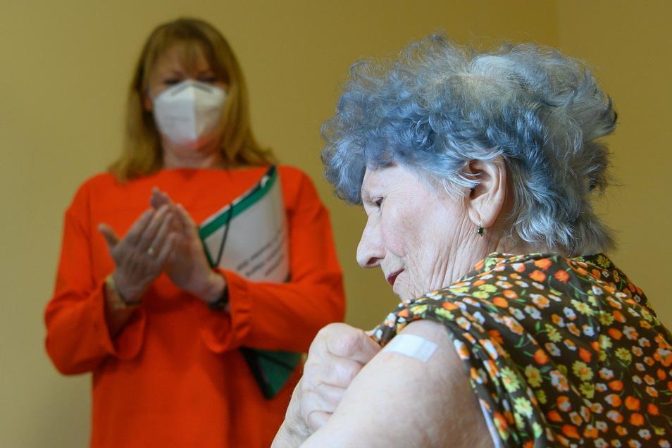 Hanna Hertzsch, 85-jährige Bewohnerin in einem Pflegeheim in Lichtentanne im Landkreis Zwickau, ist am 27. Dezember gegen Corona geimpft worden - im Hintergrund Sachsens Sozialministerin Petra Köpping (SPD).