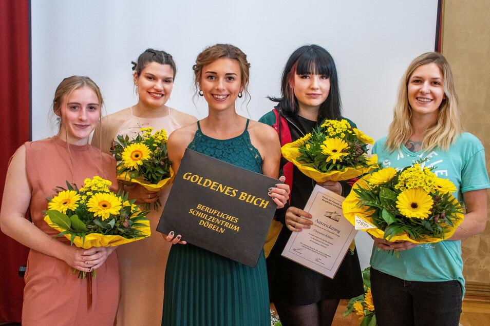 Isabel Neitsch, Annabell Kempter, Frances Sähmisch, Chayenne Köhler und Theresa Schubert haben sich in das Goldene Buch des Beruflichen Schulzentrums Döbeln eingetragen.