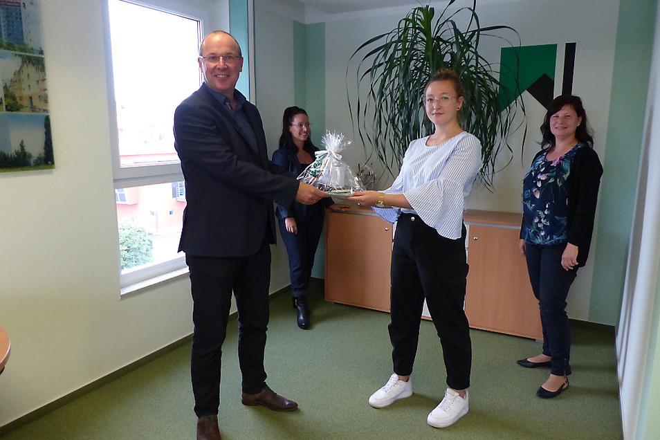 Mit einem kleinen Präsent begrüßte Steffen Markgraf, der Geschäftsführer der Wohnungsgesellschaft Hoyerswerda, Lisa Marie Dewitz als neue Auszubildende im Unternehmen. Für sie hat eine dreijährige Ausbildung zur Immobilienkauffrau begonnen.