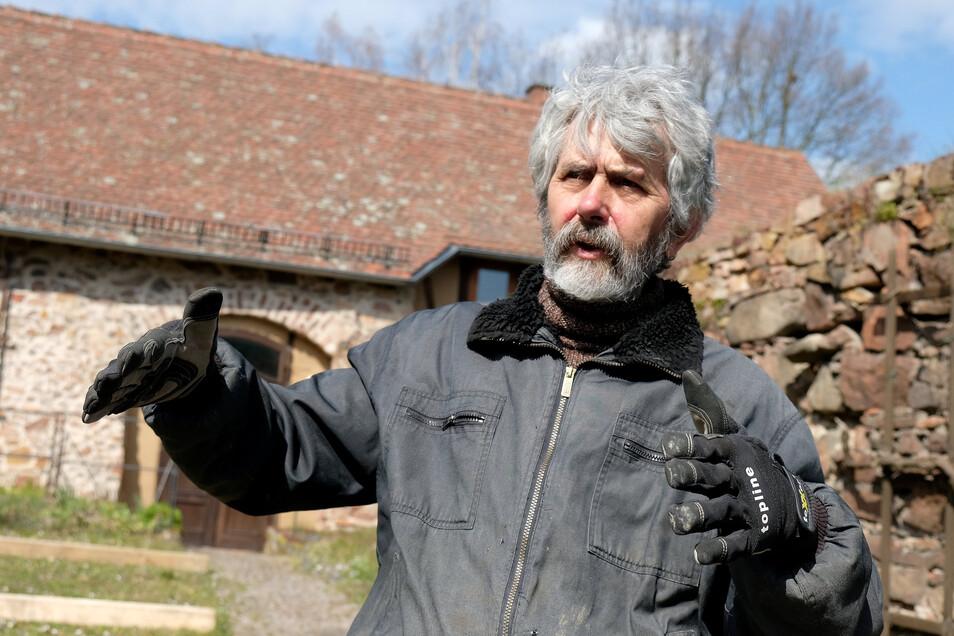 Helge Landmann, Vorsitzender des Vereins Hahnemannzentrum Meißen, erklärt die Vorteile von geflößtem Holz.