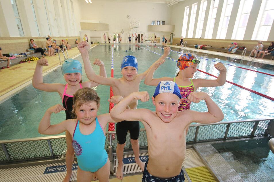 """Jessica und Phil (vorn) sowie Elena, Bruno und Maria gehören zum Team der Mochauer Grundschule. Sie siegten beim Wettbewerb """"Jugend trainiert für Olympia"""" im Schwimmen."""