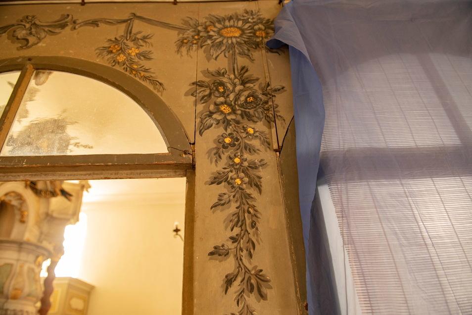 Schöne florale Elemente aus dem 18. Jahrhundert prägen die Skassaer Patronatsloge.