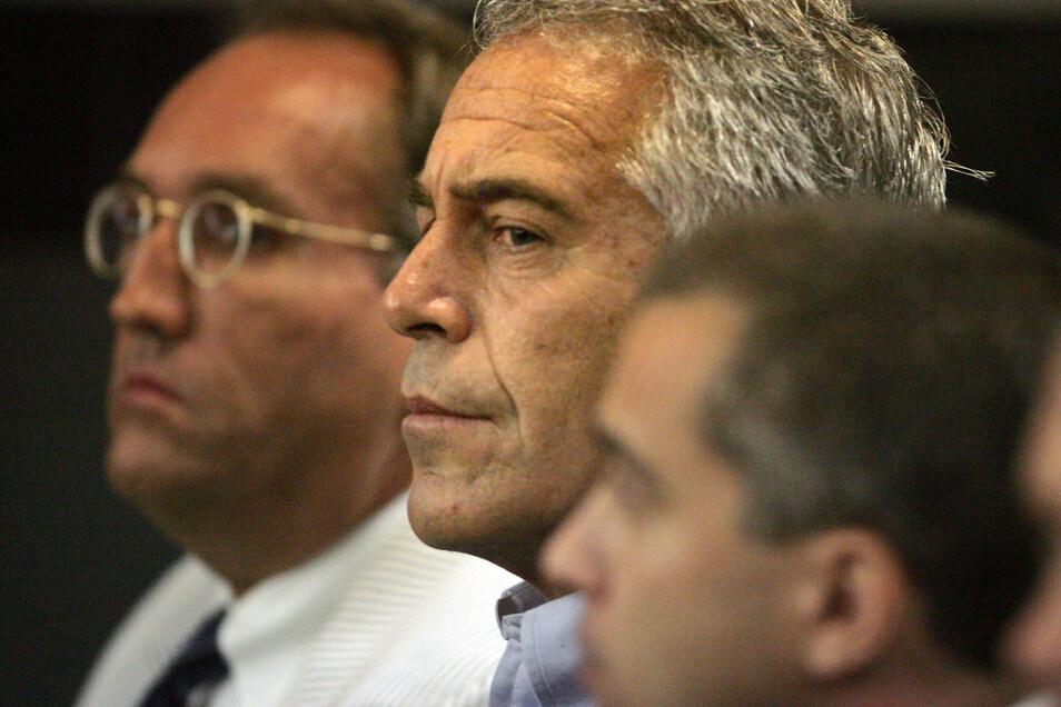 US-Unternehmer Jeffrey Epstein (M) bei einer Gerichtsverhandlung.