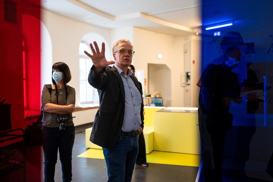 """Jasper von Richthofen, Leiter des Kulturhistorischen Museums Görlitz, führte vor der Eröffnung schon einmal durch die Ausstellung """"950 Jahre Zukunft""""."""