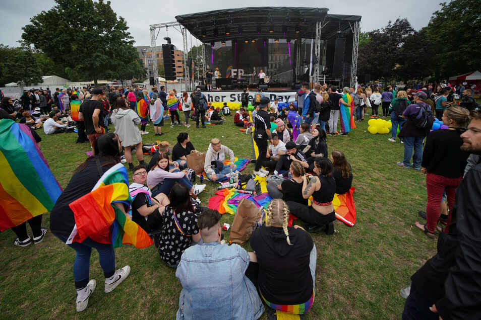 Zur CSD-Kundgebung versammelten sich im Dresdner Alaunpark mehrere Hundert Teilnehmer.