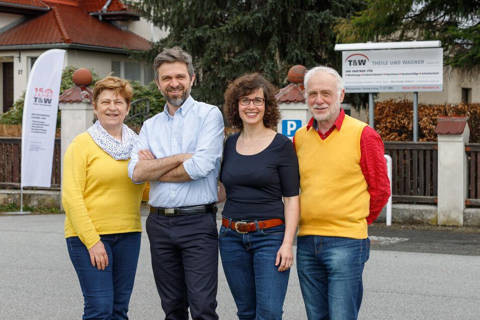 Christian und Marie Schwarzbach (Mitte) wollen den Fachgroßhandel weiterführen, Matthias Schwarzbach (rechts) und seine Frau legen ihr Augenmerk auf das Einzelhandelsgeschäft in der Reichenberger Straße 11.