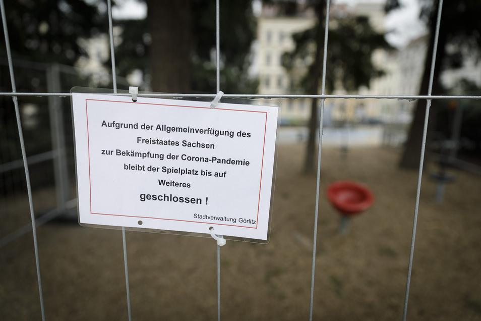 Gesperrter Spielplatz am Wilhelmsplatz. Auch hier sollen Kinder morgen wieder Zugang bekommen, noch nicht ganz klar ist, wann genau.