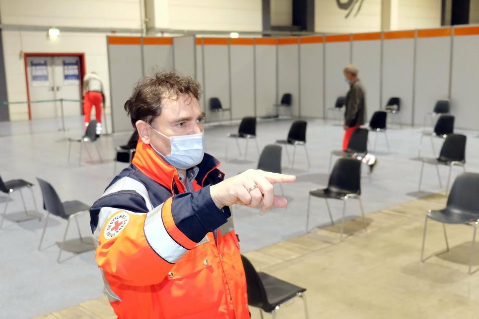 Falk Glombik zeigt den Wartebereich, wo die Geimpften noch eine halbe Stunde verweilen sollen.