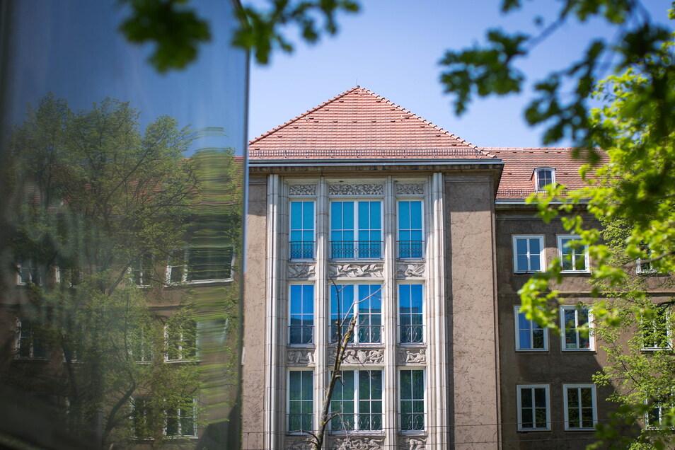 Das Studentenwerk Dresden führt die Geschäfte von 40 Wohnheimen, sieben Mensen und vier Cafeterien. Zudem fördert es sieben Studentenklubs.