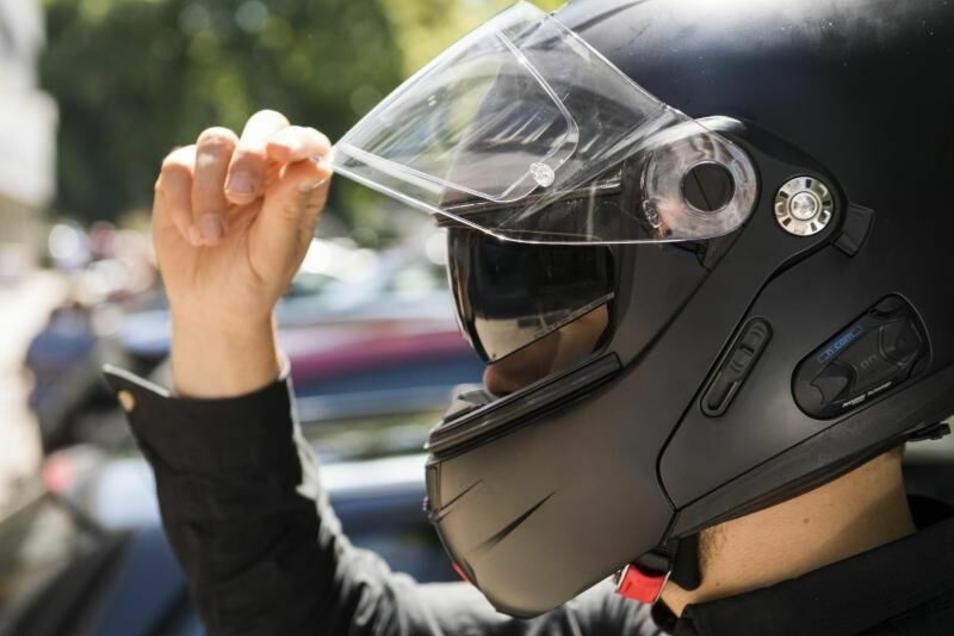 Beim Helmtest sollte auch die Sonnenblende ausprobiert werden.