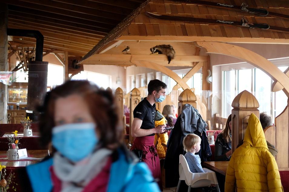 """Das Restaurants des Freizeitzentrums """"Rost's Wiesen"""" in Augustusburg hat geöffnet. Ein Modellprojekt erprobt in der Stadt seit 1. April die Öffnung der Gastronomie für zuvor getestete Besucher."""