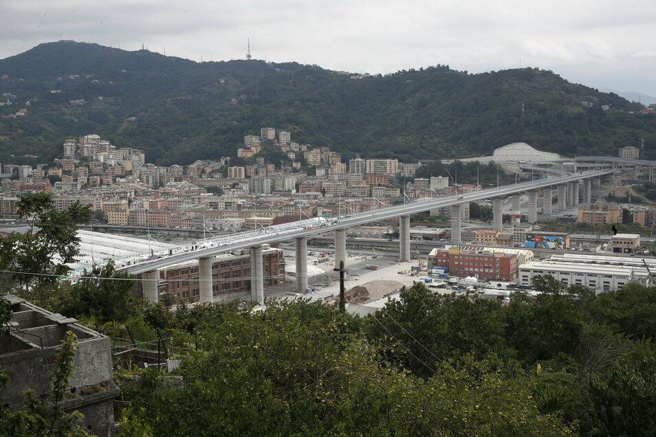 Blick auf die neue Autobahnbrücke in Genua