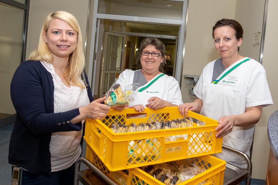 Diana Richter, Karin Pfenniger und Kristin Richter übergeben Osterhasen an die Belegschaft.