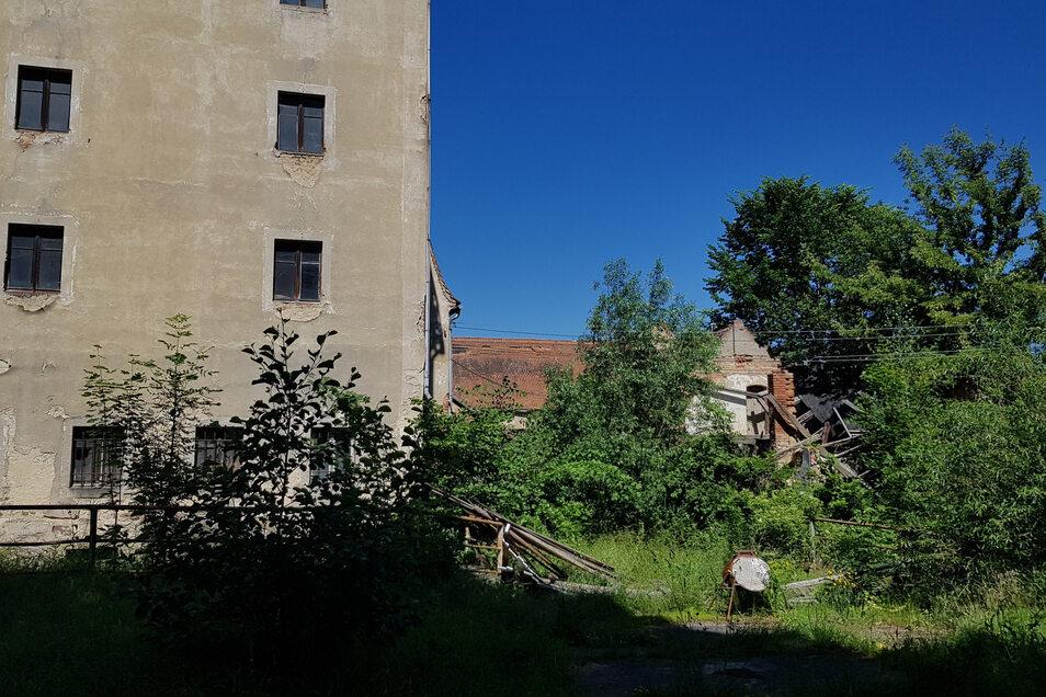 Die alte Mühle in Lautitz - und die Bauten rechts daneben - verfallen ebenso immer weiter.