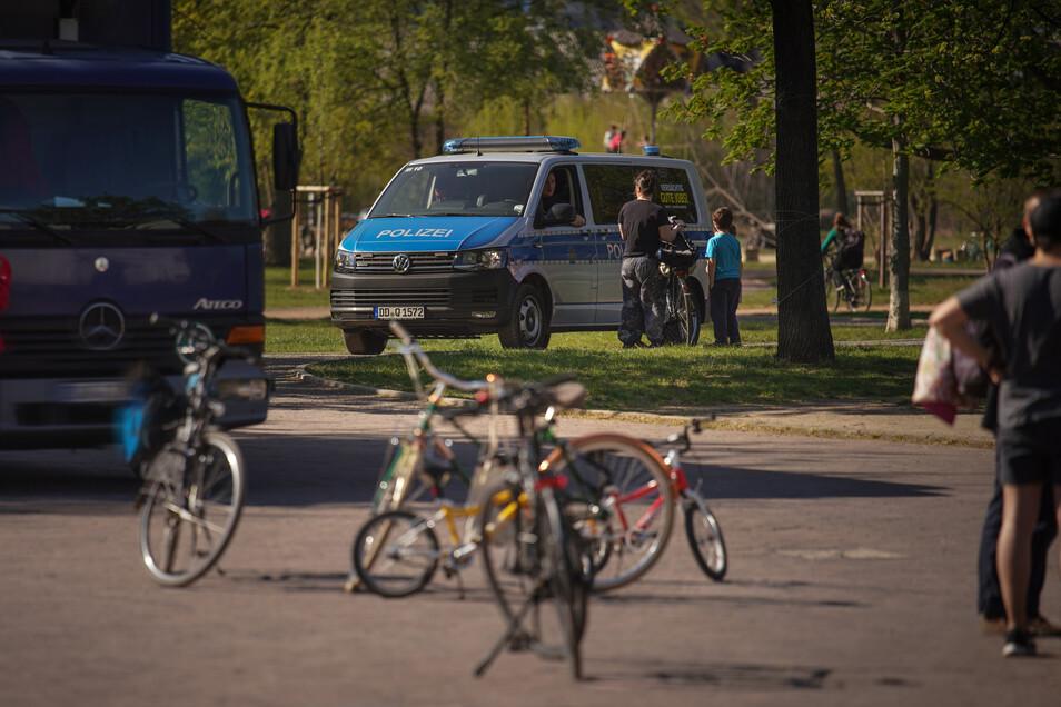 Auch in Dresden kontrolliert die Polizei die Einhaltung der Corona-Regeln. Doch anders als etwa in Chemnitz belassen es die Beamten hier bisher bei Verwarnungen.