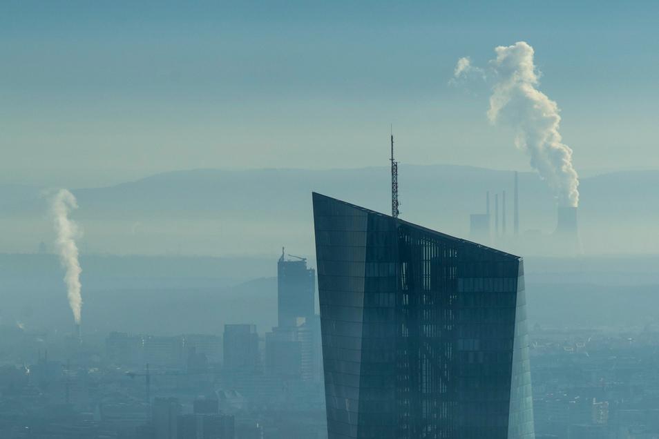 Die Spitze der Europäischen Zentralbank (EZB) ragt aus dem morgendlichen Dunst der Bankenmetropole heraus.