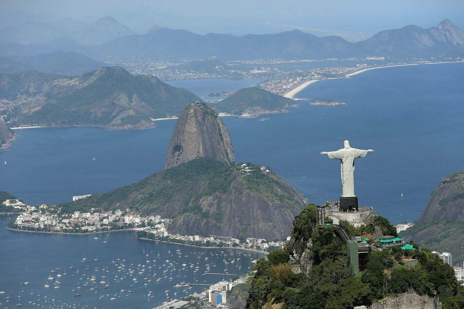 Blick auf den Zuckerhut und die Christus-Statue auf dem Corcovado-Berg. Sie dürfen wieder von Touristen besucht werden.