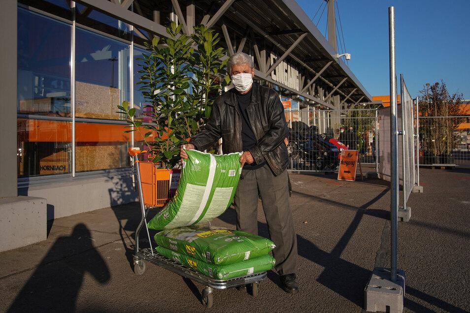 Endlich kann es in seinem Garten weitergehend: Erich Schmiedel kaufte am Montag Kirschlorbeer und Pinienrinden.