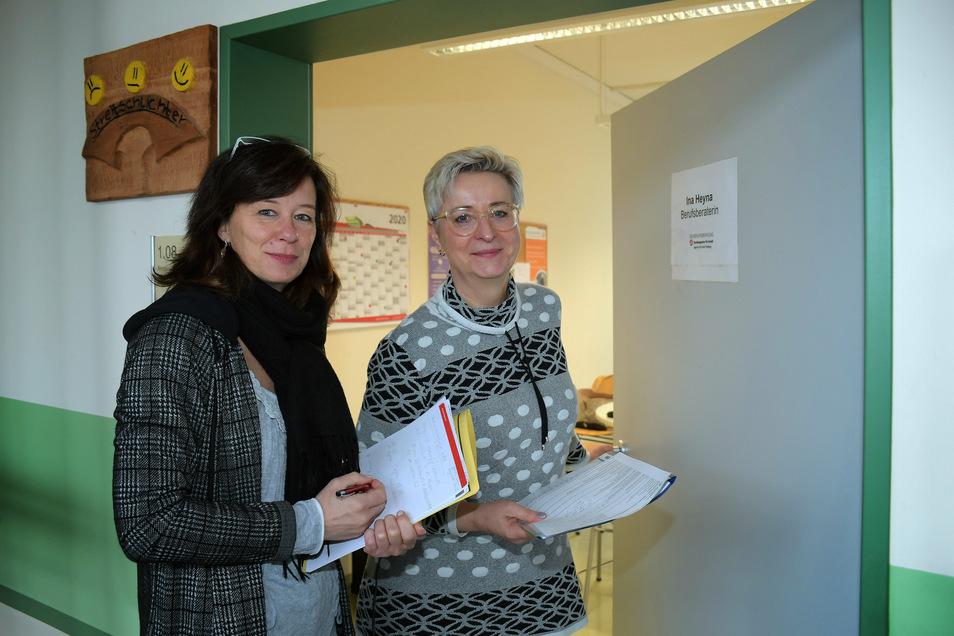 Antje Schubert (links), Sprecherin der Agentur für Arbeit Freiberg, mit Berufsberaterin Ina Heyna. Sie war im vergangenen Jahr unter anderem an der Oberschule Döbeln-Nord im Einsatz.