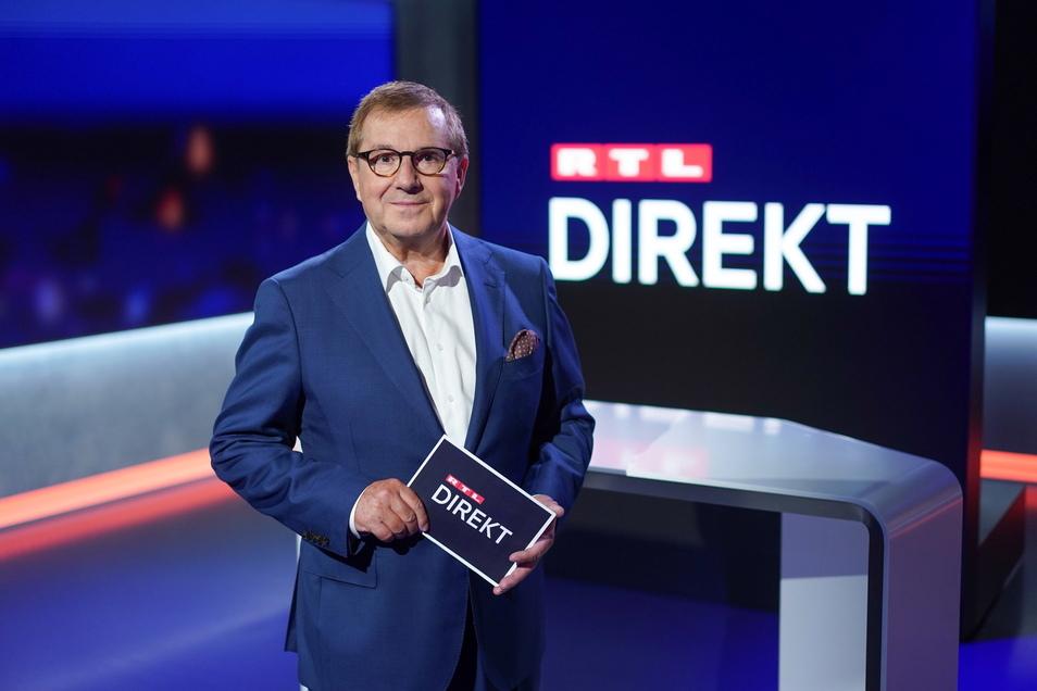 """Moderator Jan Hofer im Studio der Nachrichtensendung """"RTL Direkt"""". Am 16. August 2021 war er - zeitgleich zu den """"Tagesthemen"""" - erstmals bei RTL auf Sendung. Im Wechsel werden Hofer und die Moderatorin Pinar Atalay das 20 Minuten lange Nachrichtenformat"""