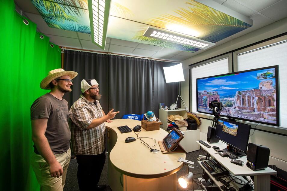In einem Studio der Firma Eberhardt Travel in Kesselsdorf simulieren René Wächtler (rechts) und Marcus Richter eine virtuelle Reise.