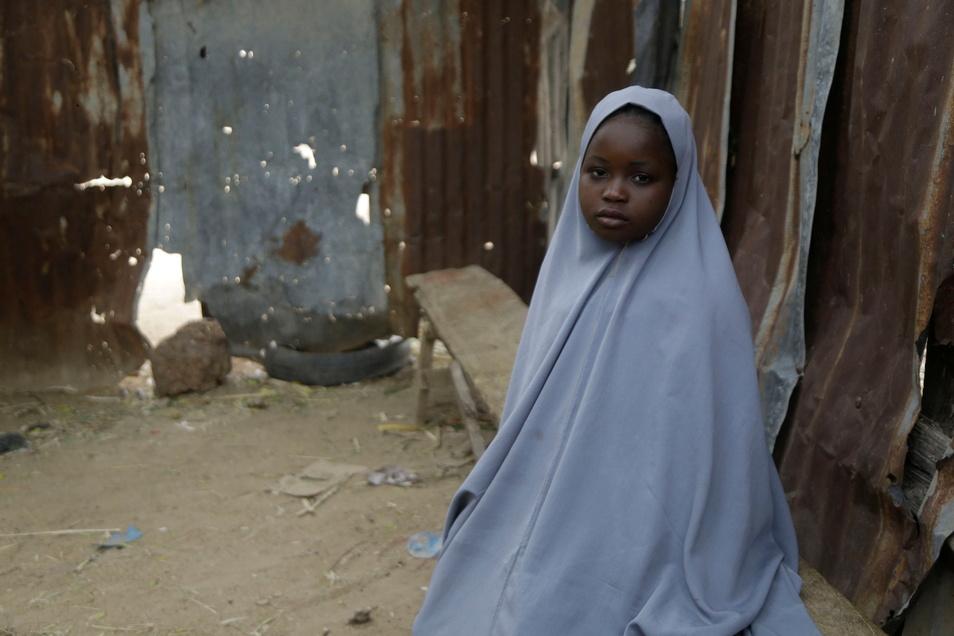 Nigeria, Jangebe: Diese Schülerin hatte sich unter ihrem Bett versteckt und konnte so den Entführern entkommen. Am 26. Februar hatten bewaffnete Angreifer 317 Mädchen verschleppt.